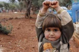 SIRIA – LA BIMBA ERA CONVINTA CHE IL FOTOGRAFO LE STESSE PER SPARARE E SI ARRENDE…
