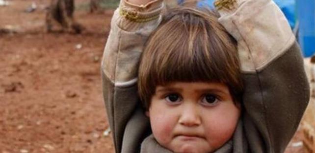 bimba bambina-guerra-mani-alzate-20150331161505